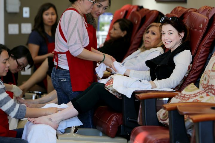 """How I Met Your Mother"" star Alyson Hannigan takes a little time for some R&R, treating herself to a pedicure."
