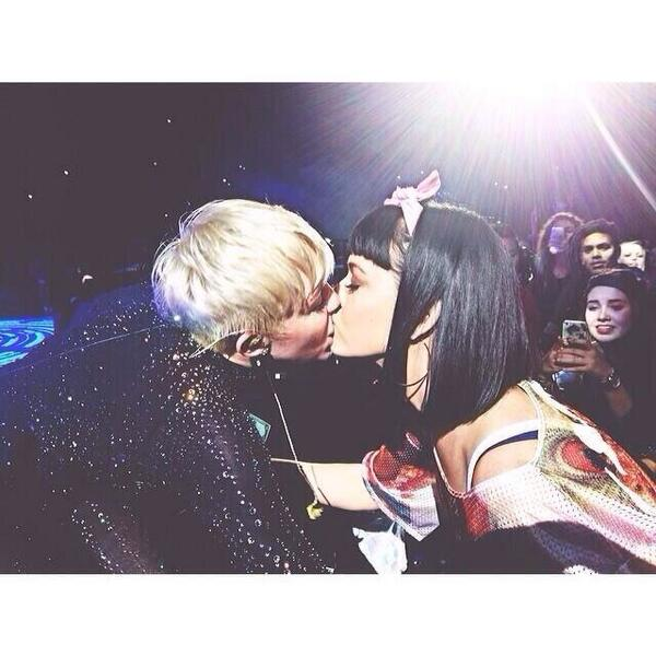 Miley Cyrus Katy perry kiss twitter