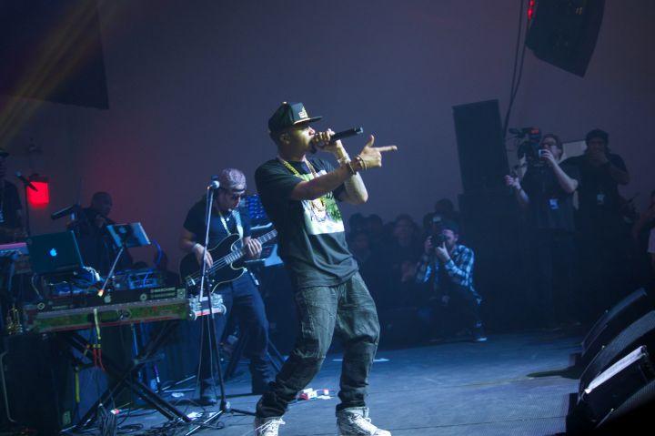 Nas performing.