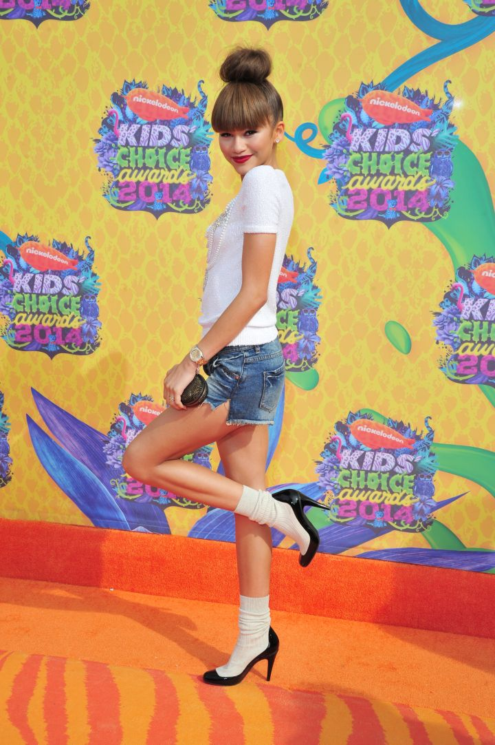 Zendaya gets a kickstart on the orange carpet wearing Chanel pumps with her Oscar de la Renta outfit