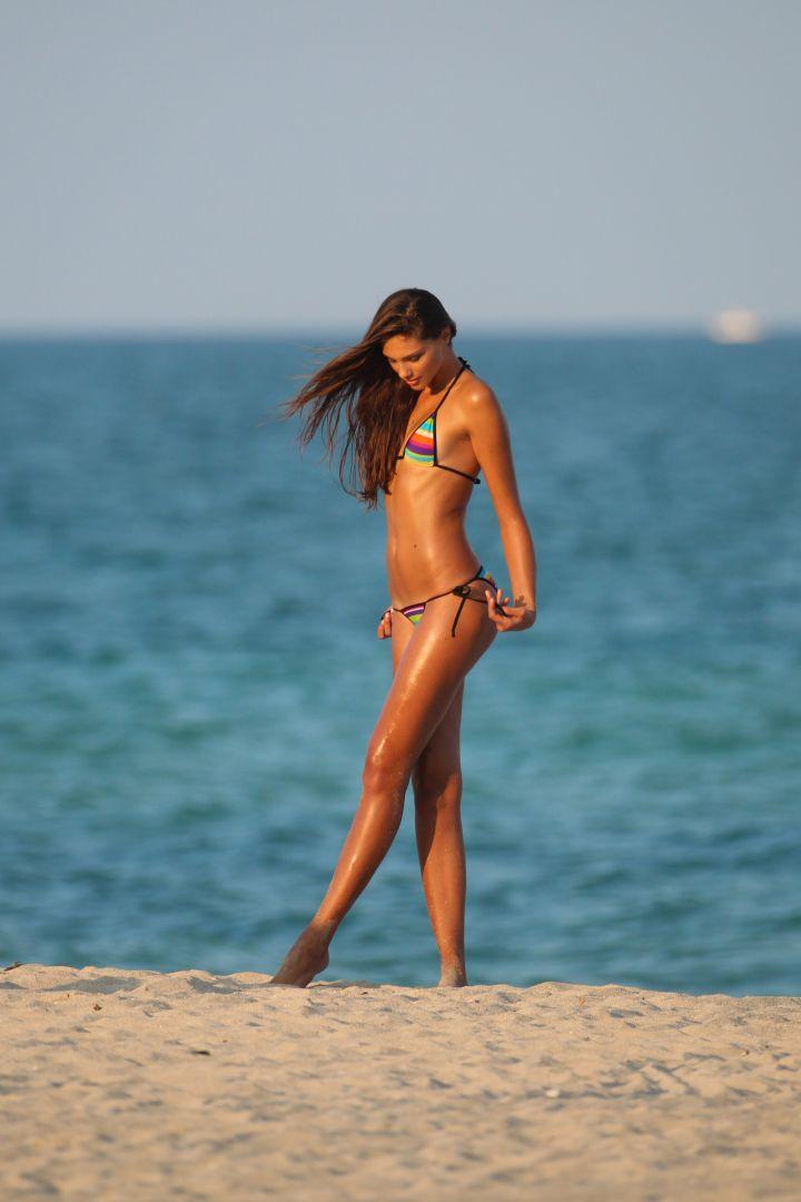 Fernandra Uesler stuns while walking on the beach.