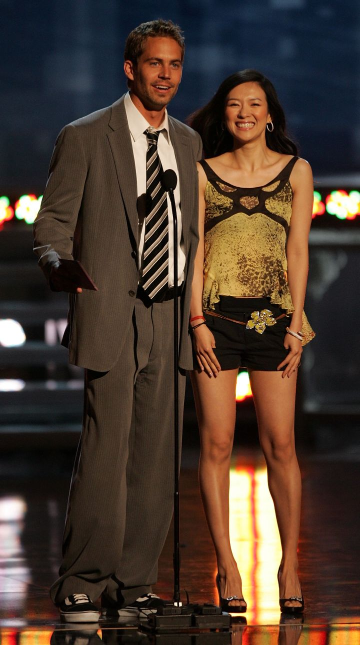 Paul steps on stage alongside Ziyi Zhang to present an award at the 2005 MTV Movie Awards.