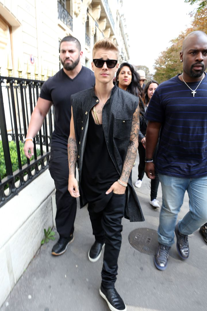 Dressed to the nines, Justin Bieber had lunch at L'Avenue restaurant after he did some shopping on Montaigne Avenue.