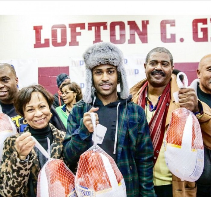 Big Sean gives out turkeys with his parents.