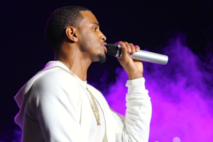 Trey Songz sings to the ladies at Power 106's Cali Christmas concert.