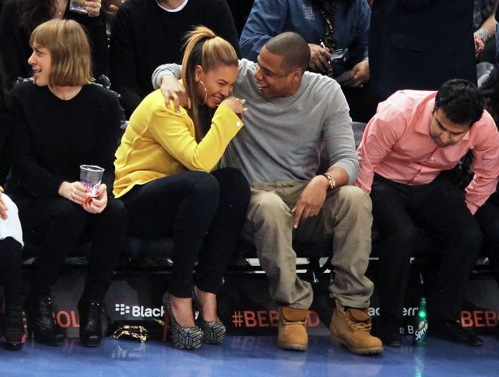 Jay makes his wifey laugh at a Knicks game.