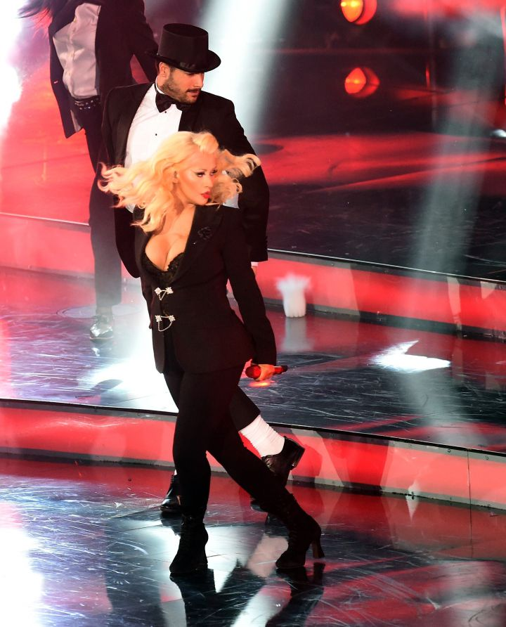 Christina Aguilera performs for the crowd.