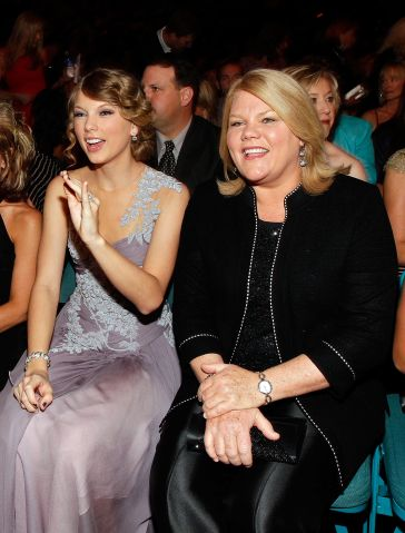 Taylor Swift and her Mother