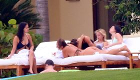 selena gomez in mexico with friends