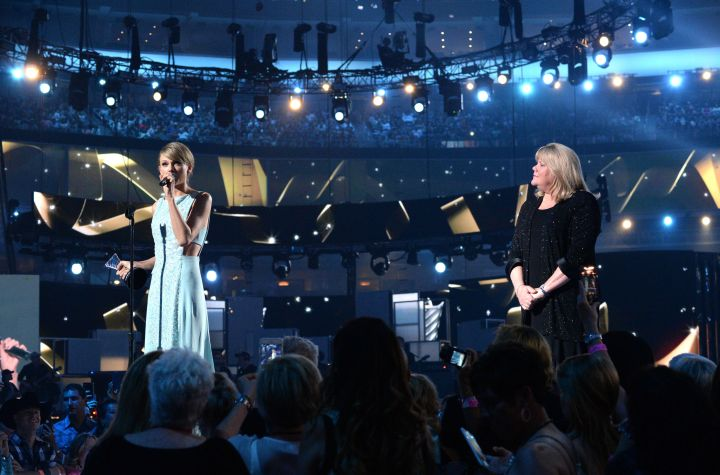 Taylor Swift shares a beautiful moment with her mom, Andrea Finlay, at the 2015 Academy Of Country Music Awards.