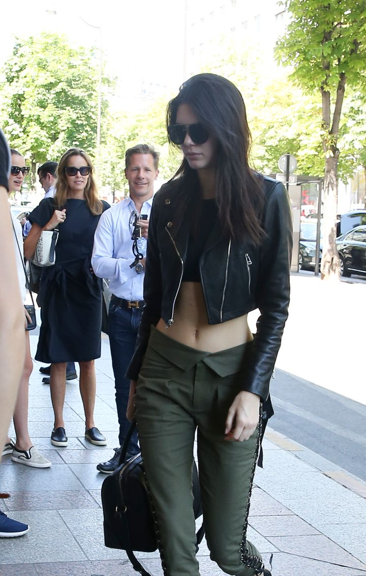 Kendall Jenner bared her midriff while leaving l'Avenue Restaurant in Paris.