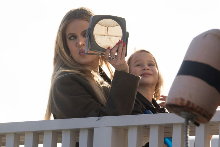 Ya look good, girl. Khloe Kardashian looked at herself in the mirror on the balcony of the Watsons Bay Hotel in Sydney.