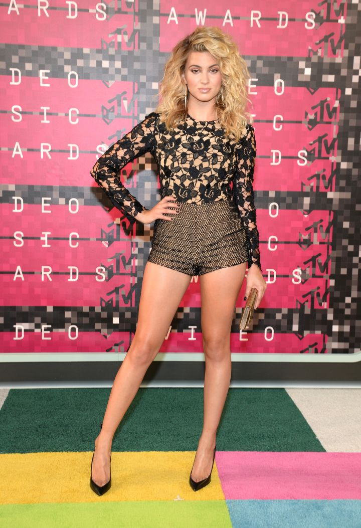 Tori Kelly flaunted her toned legs in short-shorts.