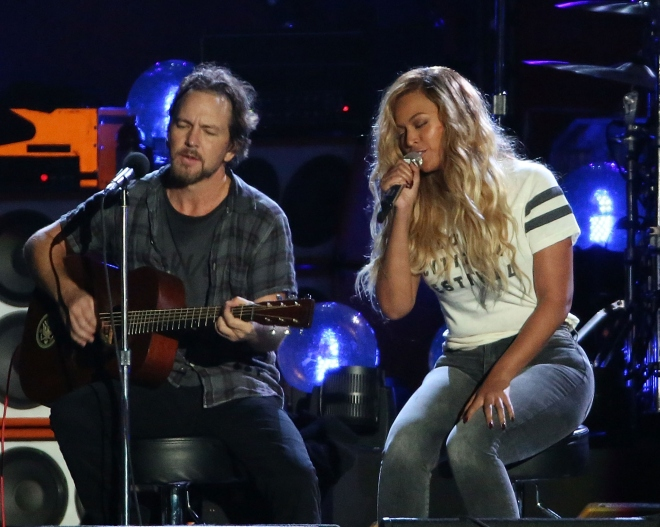 Eddie Vedder and Beyonce perform 'Redemption Song' during the 2015 Global Citizen Festival at Central Park on September 26, 2015 in New York City.