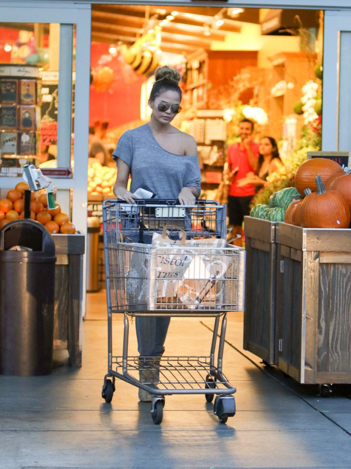John Legend is going to get some wings for dinner. Well, maybe not, but Chrissy Teigen did do some grocery shopping in L.A.