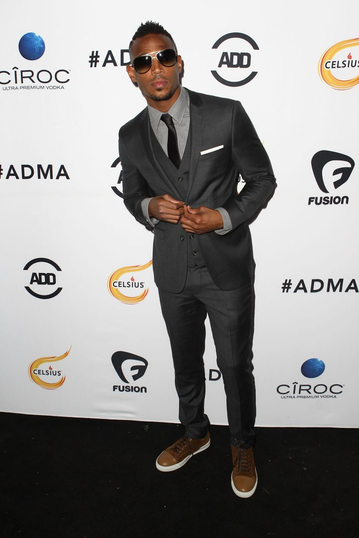 Marlon Wayans suited up and accessorized with a pair of shades on the black carpet.