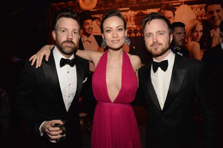 Jason Sudeikis and his wife Olivia Wilde kick it with Aaron Paul. What you drinking, Jason?