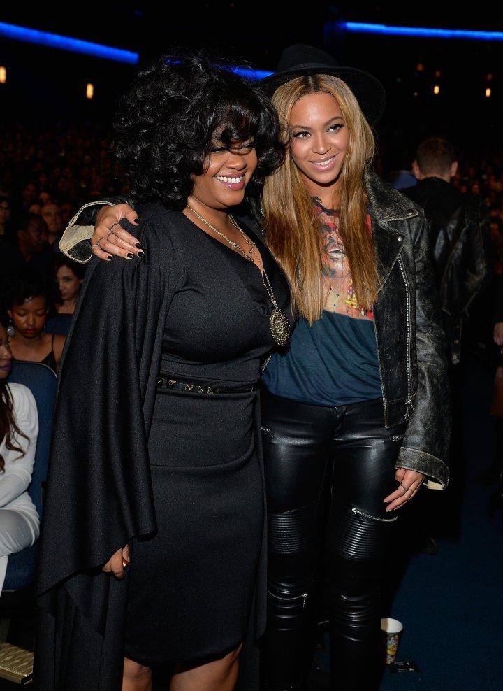 Jill Scott and Beyonce flick it up.