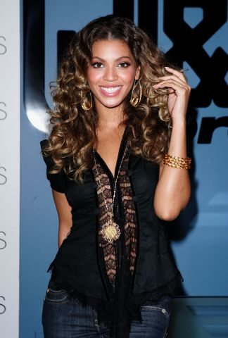 Beyonce Signs Her New Album For Fans at J&R Express