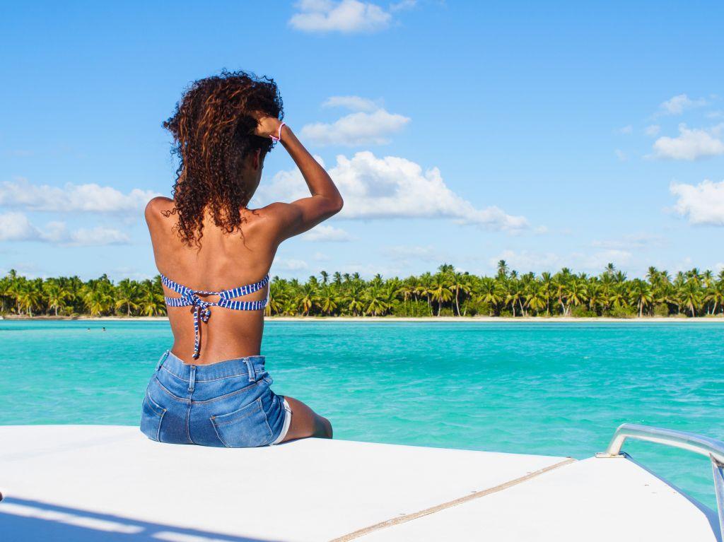 Sailing along the Caribbean shore